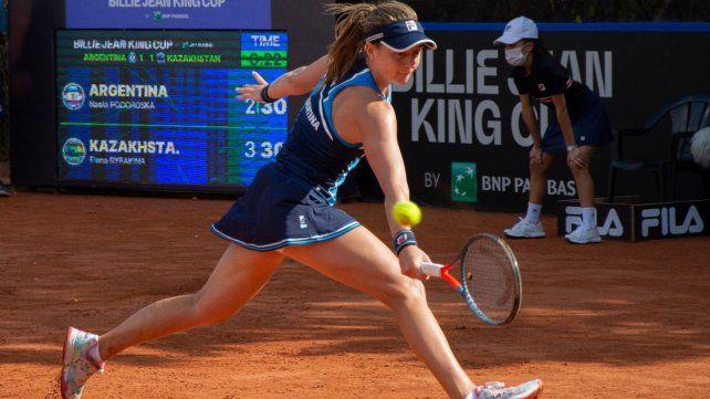 Nadia Podoroska estuvo incómoda en todo el partido y no la favoreció el palo y palo que propuso Elena Rybakina.