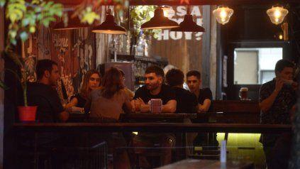 En la actualidad, los bares pueden trabajar hasta las 0, pero el crecimiento de casos llevaría a la provincia a adelantar ese horario.