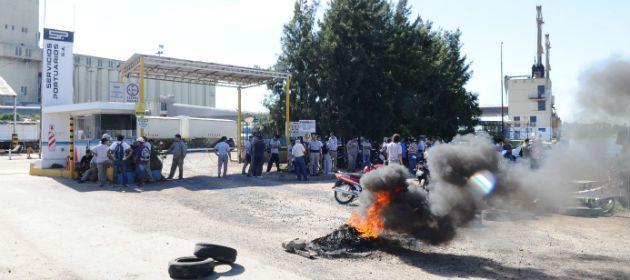 La protesta se realiza en las terminales portuarias ubicadas en el bajo Ayolas.
