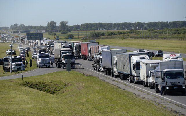 Protesta de transportistas autoconvocados. Se concentraron con cortes de tránsito en la autopista a Buenos Aires con la nacional A012 y ruta provincial 18.y en la ruta nacional 9 a la altura del kilómetro 122.