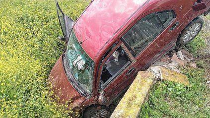 Un auto derrapó violentamente y quedó parado en la cuneta