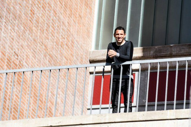 Salió al balcón. Maxi luce feliz en el hotel del predio de Bella Vista. La Fiera recordó sus primeros pasos en el predio.
