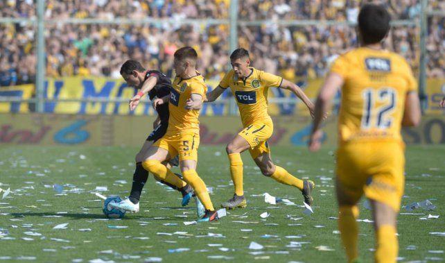 Maxi Rodríguez trata de progresar ante la férrea marca del Colo Gil.