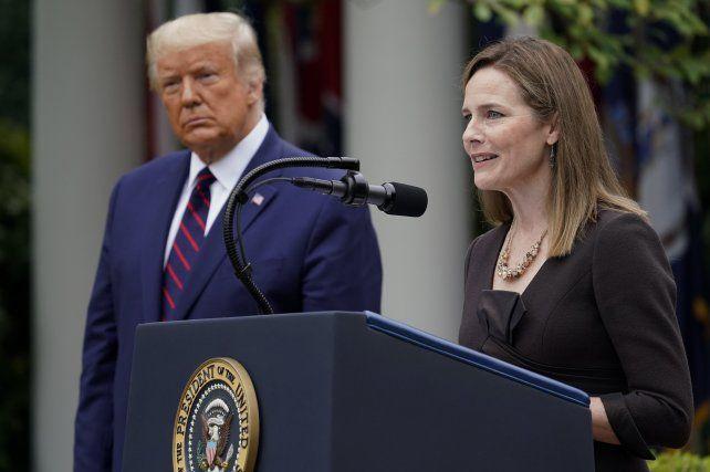 La jueza Amey Coney Barrett habla ayer en los jardines de la Casa Blanca junto al presidente Trump luego de que este la nominara.