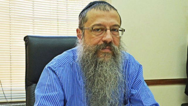 Atacado. El rabino se encuentra al cuidado de su familia.