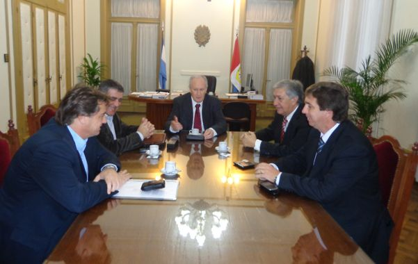 En busca de mejoras. Los senadores junto a Lamberto debatieron sobre la seguridad.