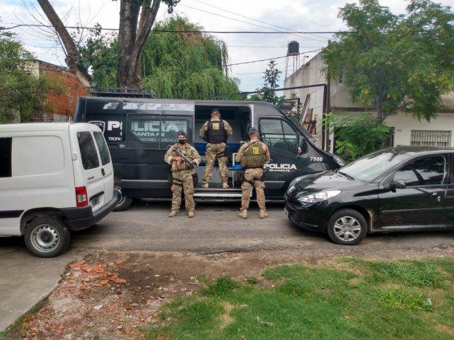 Efectivos de la Tropa de Operaciones Especiales en uno de los domicilios allanados.