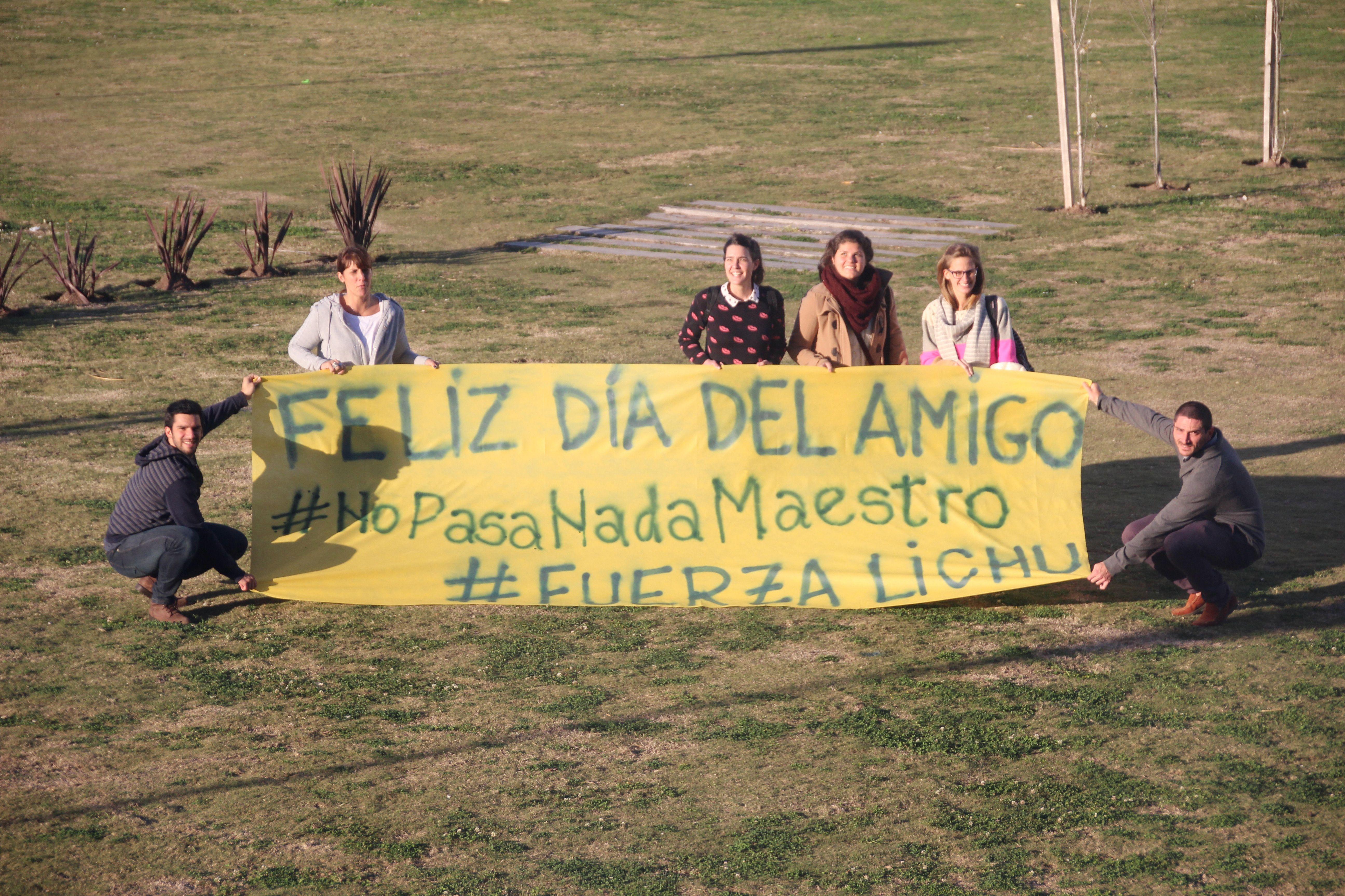 """Los amigos armaron una bandera con la frase que identifica a Lichu: """"No pasa nada maestro""""."""