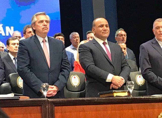 Alberto Fernández escuchó con atención la jura del reelecto gobernador tucumano.