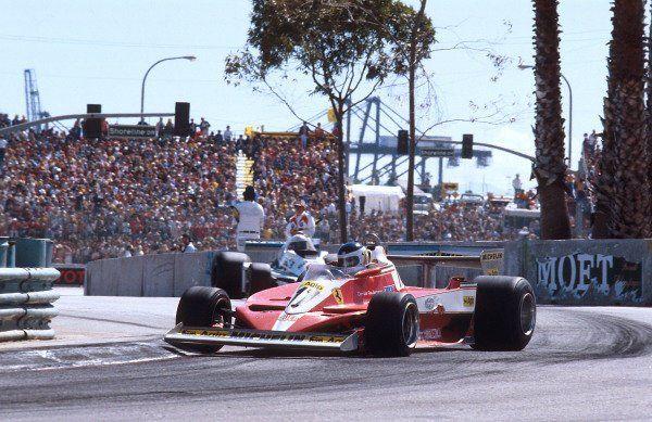 Reutemann con la indócil T3 de Ferrari, con la que ganaría 3 GP en el 78 y otro más con la vieja T2 en Brasil. Aquí en el primero de ellos, en Long Beach, perseguido por Jones con el Williams. Sería su más odiado compañero de equipo.