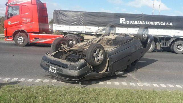 Caos de tránsito en la avenida de Circunvalación por el vuelco de un auto