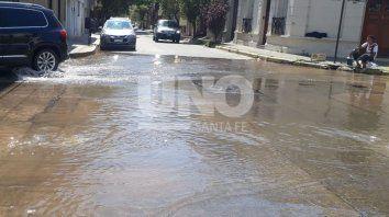 La rotura de una cañería en la zona de General López al 2.500, inundó parte de barrio Sur y dejó sin presión de agua parte del centro. Foto. Gentileza Radio Eme