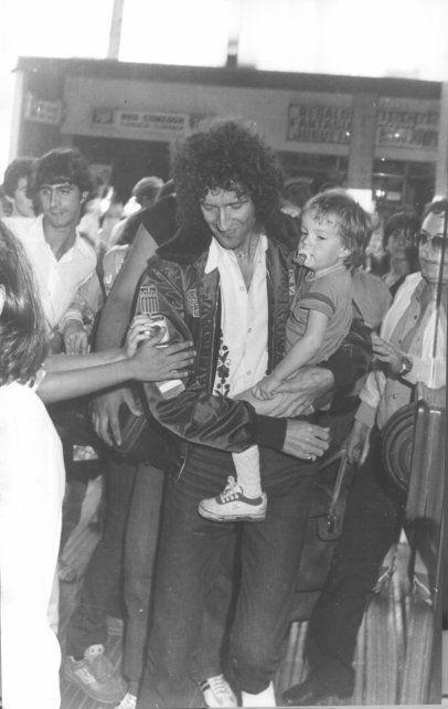 Brian  May junto a su hijo Jimmy, en el momento en que entraba al estadio de Central en 1981.