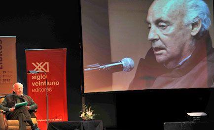 Galeano denunció en la Feria del Libro que el mundo está al revés