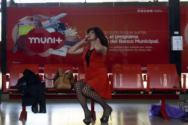 El banco rojo instalado en la terminal de ómnibus Mariano Moreno.