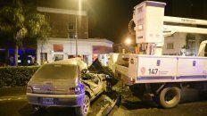 El Renault Clío golpeó de lleno contra el camión que estaba frente al semáforo.