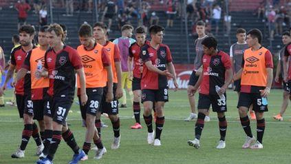 Decepción. Los futbolistas de Newell's dejan el Coloso tras el flojo empate con Aldosivi.