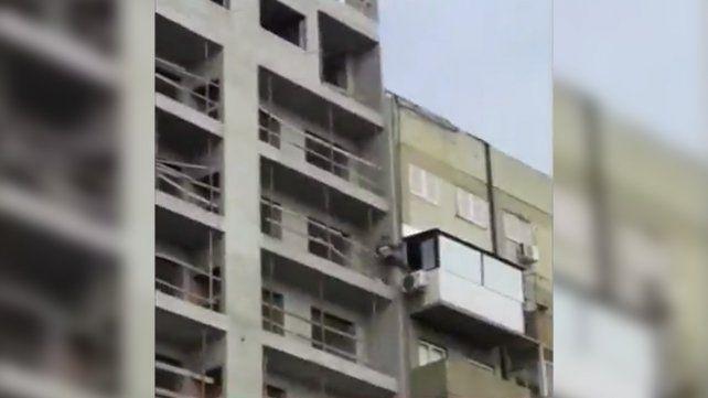 En un piso 11, un albañil pasó de un edificio en construcción a un balcón para robar