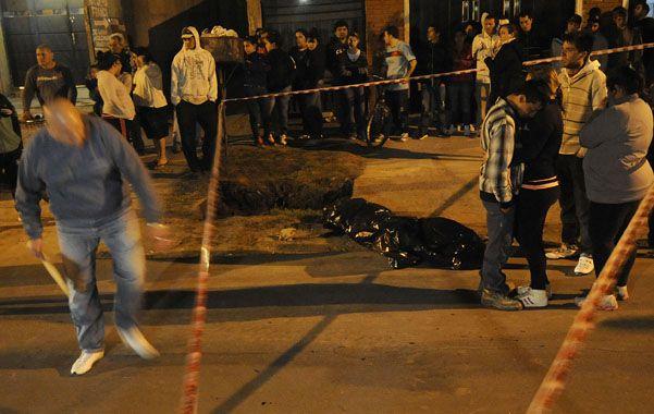 En la calle. El cuerpo de María Emilia quedó sobre el pavimento de Gaboto.