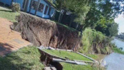 La fuerza de las aguas socavó la barranca en el terreno de la casa de Alejandro Fantino en Sauce Viejo.