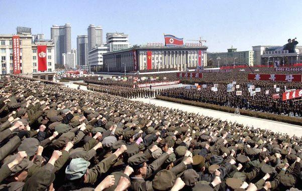 Demostración. Acto político-militar en el centro de Pyongyang el pasado 29 de marzo en apoyo a Kim-Jong-Un.