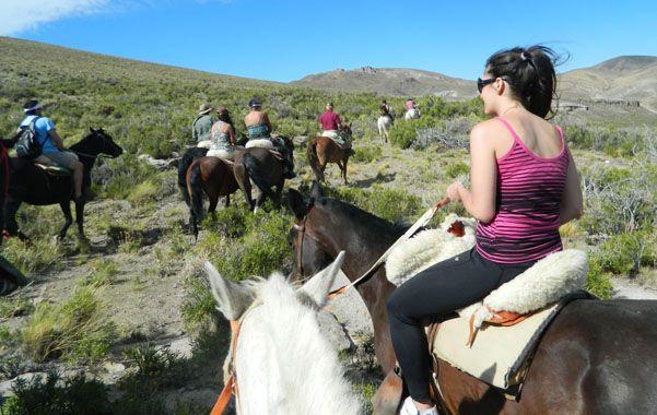 Opciones. Una cabalgata de turistas por la zona de montañas de San Rafael.
