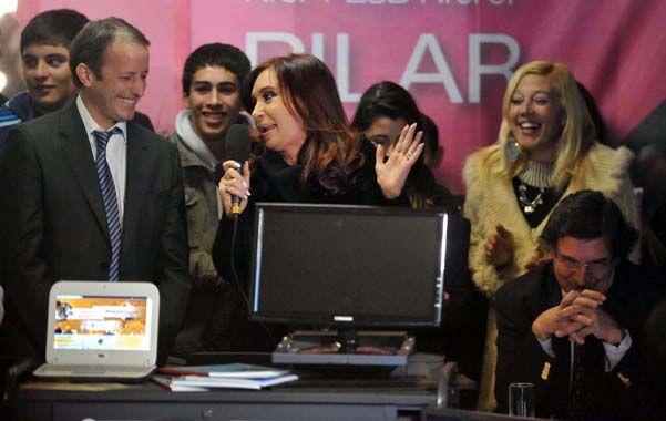 El elegido. Martín Insaurralde posa al lado de la presidenta en un acto por la entrega de netbook