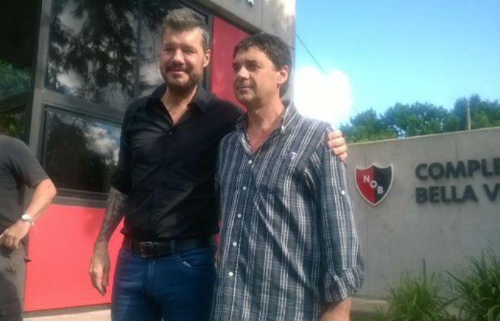 Tinelli y Riccobelli posan para la foto en la entrada del predio de Bella Vista: (Foto Twitter)
