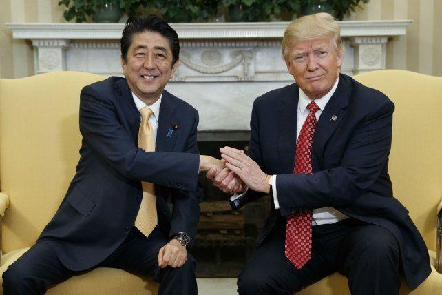 Sintonía. Shinzo Abe y Donald Trump se reunieron ayer en la Casa Blanca.