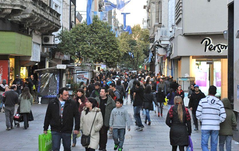 Miles de personas circularon ayer por la peatonal Córdoba donde los comercios permanecieron abiertos.
