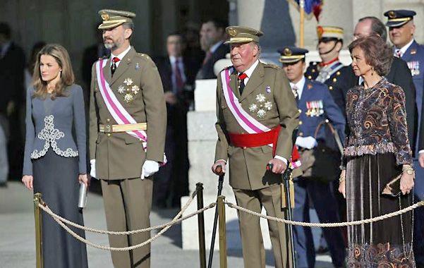 Familia real. En los últimos tiempos el monarca español debió ayudarse con muletas para caminar.