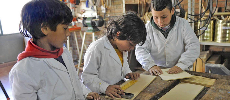 Un día en la única escuela pública de Rosario que tiene jornada completa