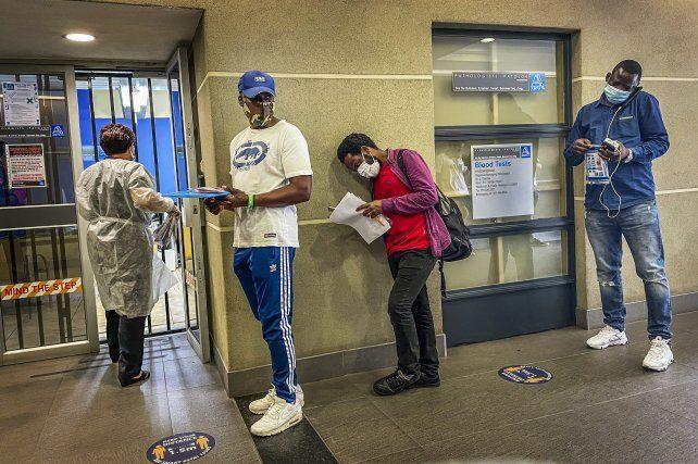 Sudafricanos esperan su turno para hacerse el test PCR en Johannesburg.