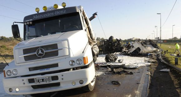 Fatal choque frontal entre dos camiones en la autopista a Buenos Aires frente a Las Flores