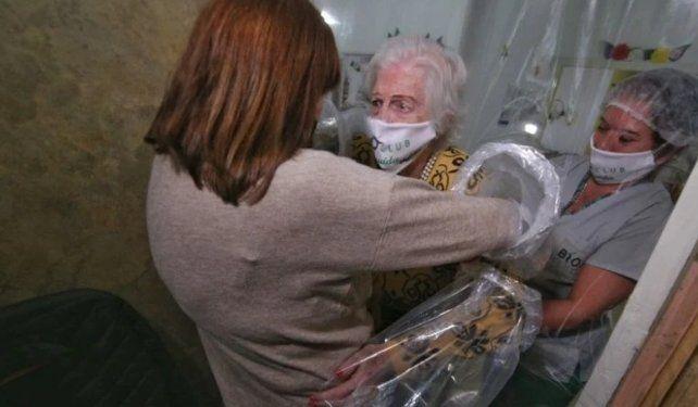 María Angelina saluda a su madre Nilda personalmente después de tres meses.