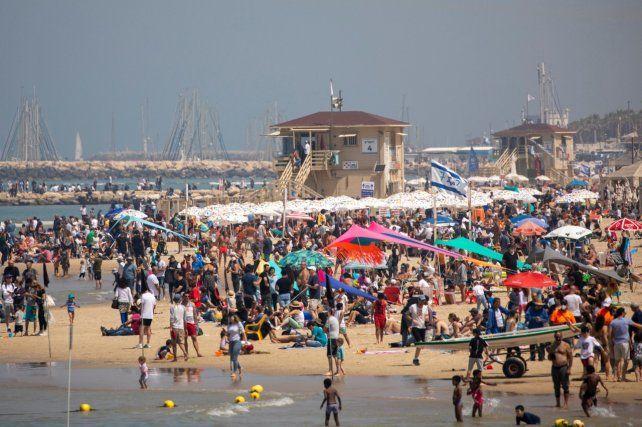 La gente acudió en masa a la playa de Tel Aviv en los festejos del Día de la Independencia