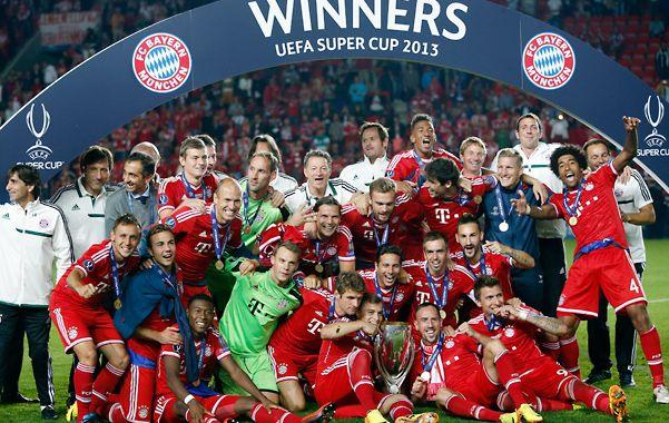 El plantel celebra tras la consagración como mejor equipo europeo.
