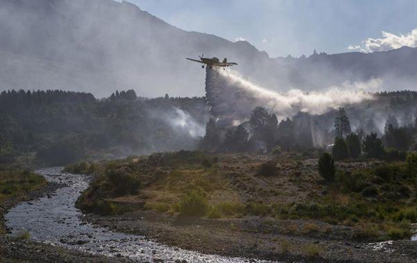 Peligro. Varios aviones hidrantes son usados en la lucha contra el fuego.