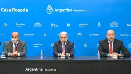 El ministro de Seguridad, Aníbal Fernández, flanqueado por el gobernador de Santa Fe, Omar Perotti, y el jefe de Gabinete, Juan Manzur.
