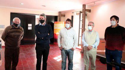 Alejandro Grandinetti y Osvaldo Miatello junto a los empresarios de transporte del sector turístico, en el anuncio de la conformación de mesa de trabajo.