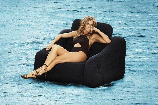 Jennifer Aniston se animó a un jugado topless a los 50 años