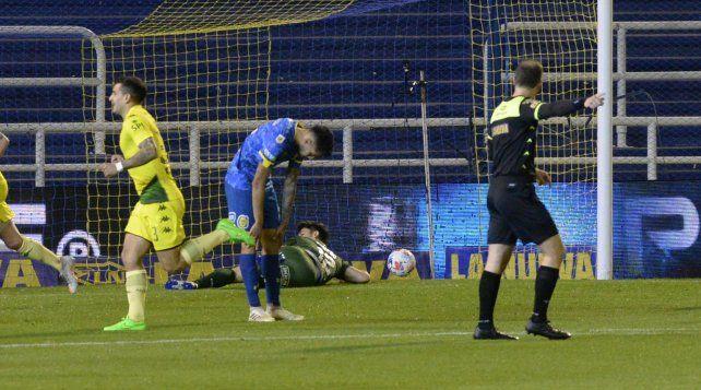 Ojeda se lamenta en el segundo gol de Aldosivi.