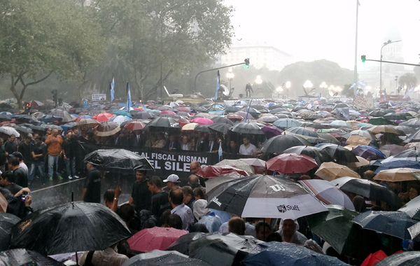 Una multitud con paraguas y en silencio marchó para pedir justicia.