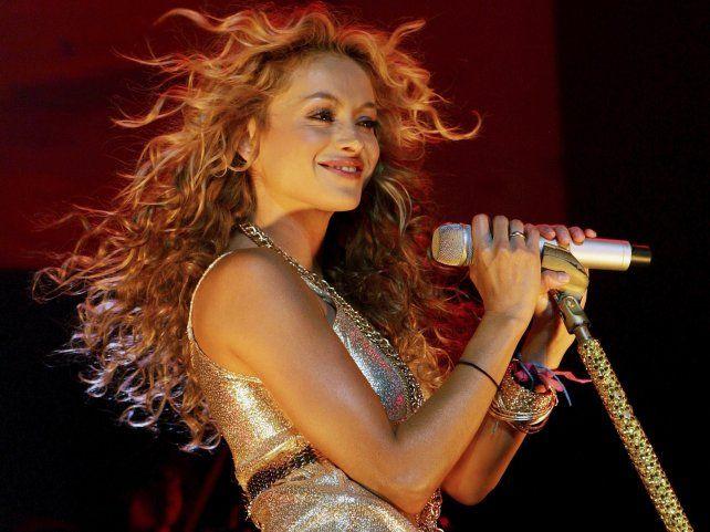 La cantante cayó del escenario y la escena quedó registrada en video.