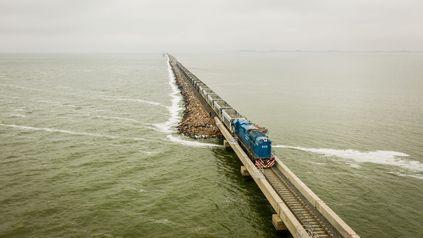 Tras la gran inundación de 2017, se rehabilitaron 13 km de vías y el tren volvió a pasar sobre el espejo de agua.