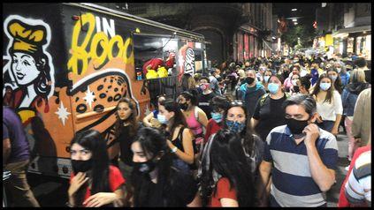 Una multitud se dio cita en las peatonales Córdoba y San Martín.