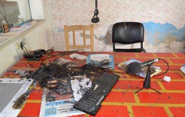 destrucción. A la emisora le robaron la consola y micrófonos y le quemaron computadoras y equipos de transmisión.