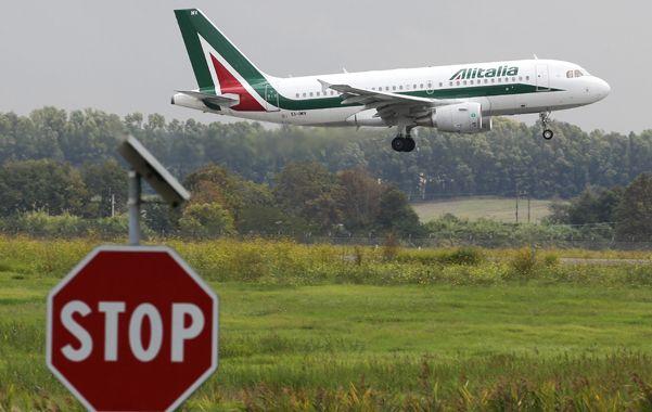 En picada. La aerolínea italiana está nuevamente ahogada en deudas por los altos costos operativos.