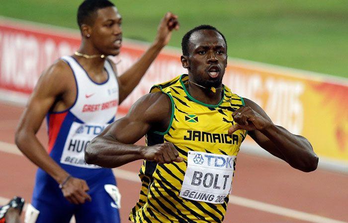 Usain Bolt cruza la meta para conseguir su cuarta corona mundial consecutiva en 200 metros. (Foto: AP)
