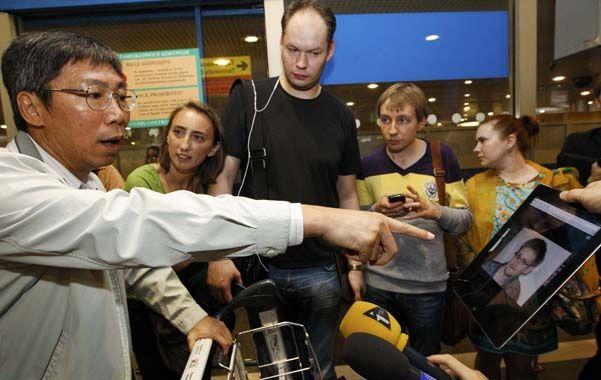 ¡Lo vI! Periodistas mostraron la imagen de Snowden a los pasajeros del vuelo Hong Kong-Moscú.